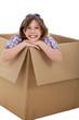 Junges Mädchen im Karton lacht