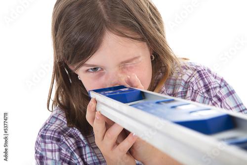Junges Mädchen blickt durch Wasserwaage