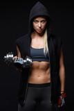 Kobieta fitness ze sztangą - 53775585