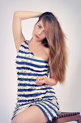 красивая девушка с длинными волосами, лето и мода