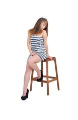 привлекательная девушка сидит на барном стуле