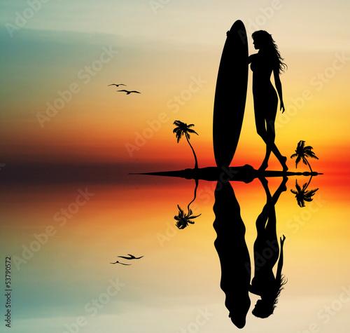 kobieta-surfing-o-zachodzie-slonca