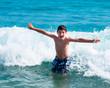 Bambino che gioca tra le onde