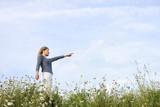 Mutige Frau geht ihren weg- encouraged woman poster