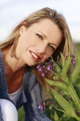 Hübsche Frau neben Beinwell Pflanze - Woman beside comfrey