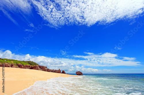 沖縄の美しいビーチと夏空