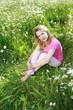 Hübsche Frau im sommerlichen Blumenfeld - woman in flower field