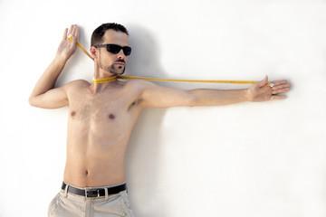 uomo magro a torso nudo
