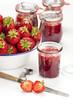 Frische Erdbeeren und selbstgemachte Marmelade