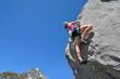 Frau beim Klettern am Fels