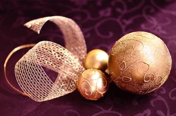 Goldene Weihnachtkugeln mit Schleife