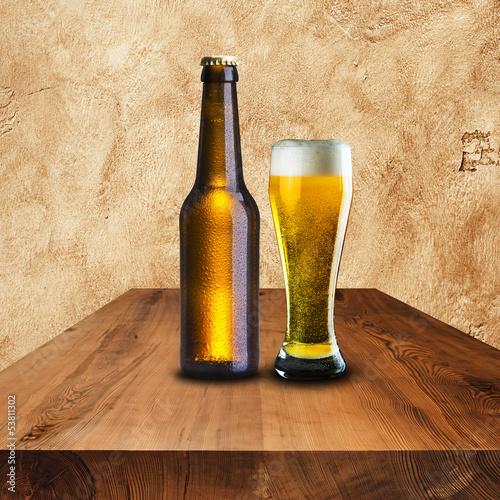 piwna-butelka-i-szklo-na-drewno-stole
