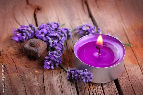 canvas print picture Lavendel und Duftkerze auf rustikalem Holzuntergrund