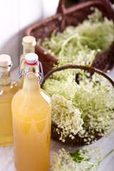 Holundersirup in Glasflaschen