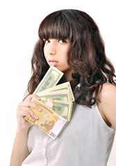 портрет девушки с деньгами возле лица