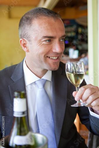 Au restaurant, dégustation d'un vin blanc