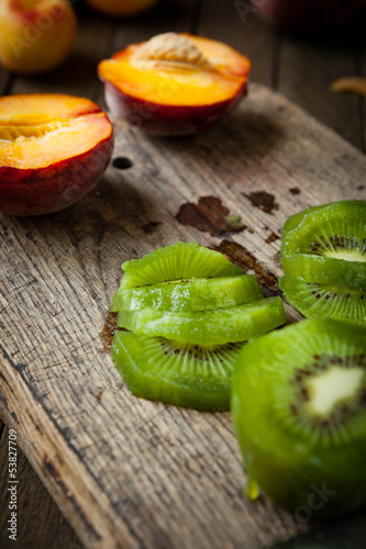 sliced ​​kiwi fruit on a cutting board