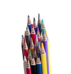 crayons de couleurs souriant