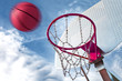 canasta de baloncesto y pelota.Fondo de deportes