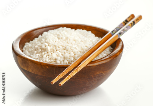 Papiers peints Pain Wooden bowl with rice and Chinese chopsticks
