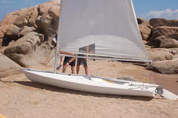 piccola barca a vela sulla spiaggia