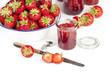 Erdbeeren und Marmeladengläser