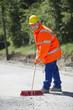 Arbeiter mit Straßenbessen