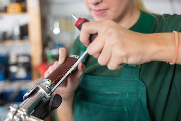Fahrradmechaniker repariert  Fahrrad in Werkstatt