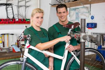Fahrradmechaniker reparieren Fahrrad in einer Werkstatt