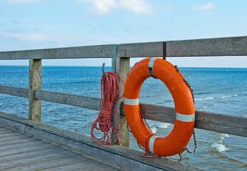 Rettungsring auf einer Seebrücke