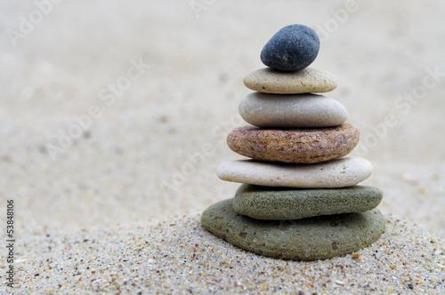 Steinpyramide auf Sand - 53848106
