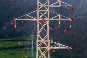 Torres y lineas de tendido eléctrico con salvapajaros