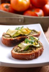 crostoni al pesto genovese e zucchine