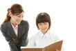 笑顔の女生徒と教師