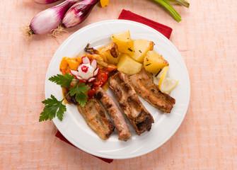 Grigliata di carne con patate e peperoni