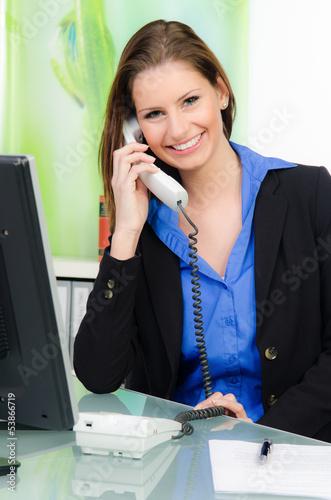 freundliche junge frau am telefon