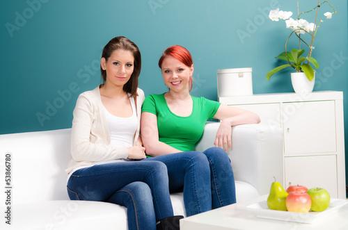 attraktive junge frauen auf dem sofa