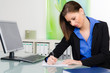 businessfrau schreibt ein konzept auf