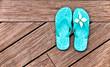 Sandales bleues sur une terrasse en bois