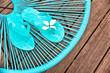 Sandales bleues sur un fauteuil de jardin