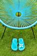 Fauteuil de jardin et sandales bleues