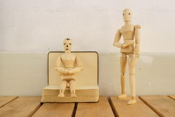 I due manichini di legno e il libro