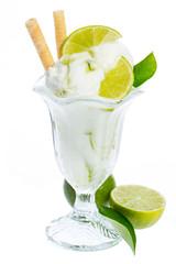 Zitroneneisbecher mit Limonen und Waffel