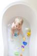 kleines Mädchen in der Badewanne