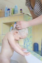 Mutter wäscht Tochter die Haare
