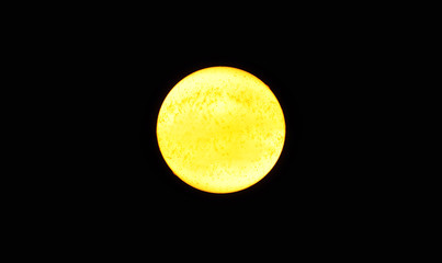 Grande stella gialla come il sole, su fondo nero