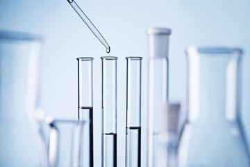 Pipette und Reagenzgläser im Labor