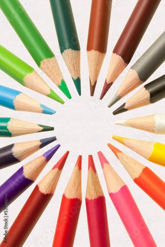 crayons de couleurs sur fond papier
