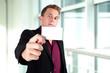 Geschäftsmann mit Visitenkarte
