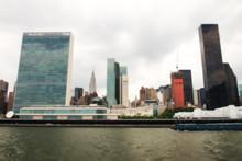 Skyline de Manhattan vu de l'East River sur une journée ensoleillée